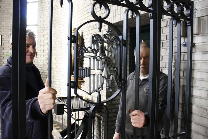 Toon van Helvoirt (links) en Wim van den Helm inspecteren het net geplaatste gesmede hekwerk in de Michaëlkerk.