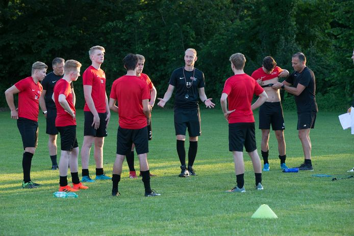 De nieuwe Silvolde-trainer Stéven Verheijen debuteerde met een 4-2 zege op SDOUC.
