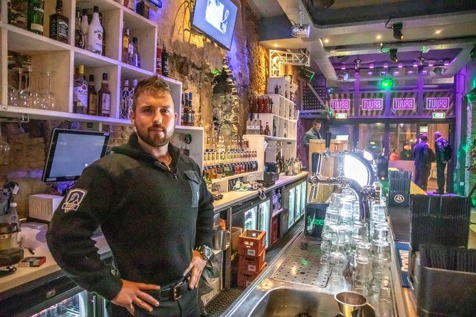 Eigenaar Bob Kooistra achter de bar van zijn café Bruut aan de Voorstraat in Zwolle.