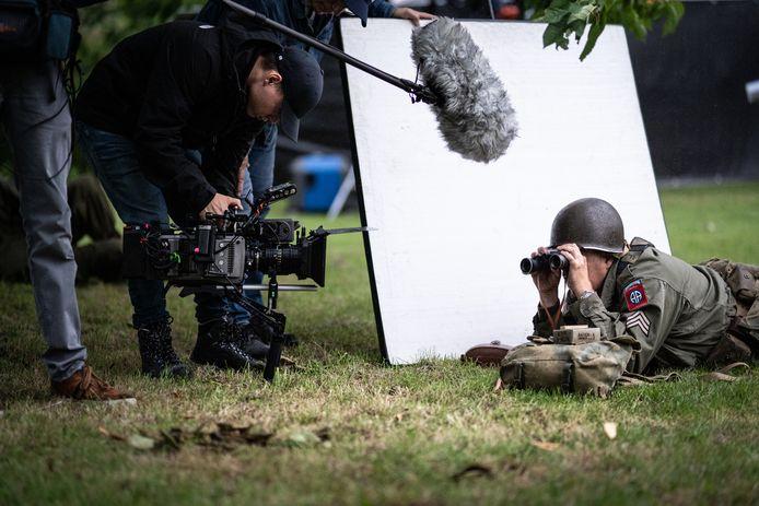 Een Amerikaanse soldaat uit de oorlog, oog in oog met moderne opname-apparatuur.