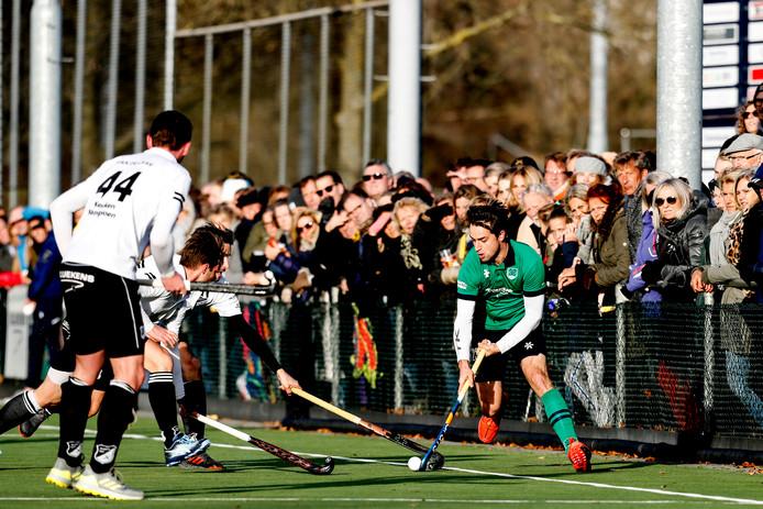 Zwart-Wit (spelend in zwart-witte tenues) scoorde vier keer, maar moest evenveel tegendoelpunten slikken.