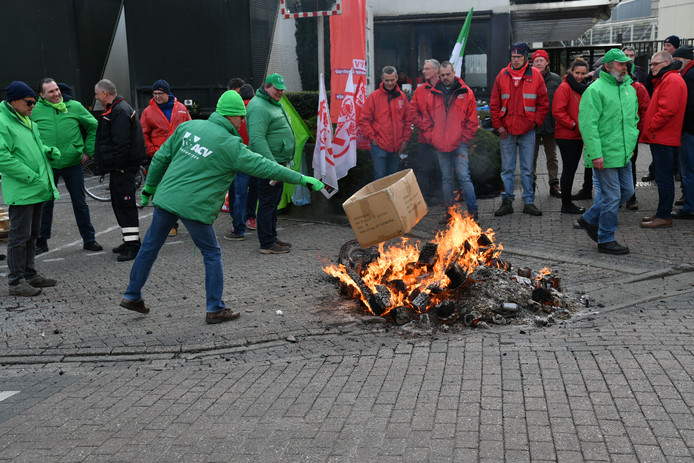 Het personeel van Agfa-Gevaert in Mortsel houdt zich warm tijdens de staking.