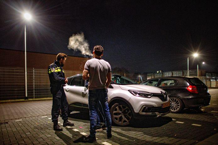 De Tilburgse jeugdwijkagent Stijn Timmers spreekt met een jongere in de wijk Het Zand