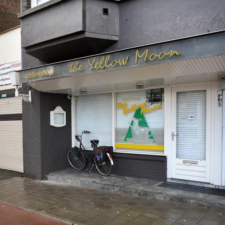 De gesloten coffeeshop The Yellow Moon in Roosendaal. Beeld Marcel van den Bergh