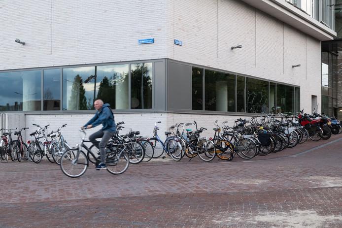Op de kop van de Handelskade, hoek Dokstraat - Kraanstraat, staan de hele week door veel fietsen wild gestald.