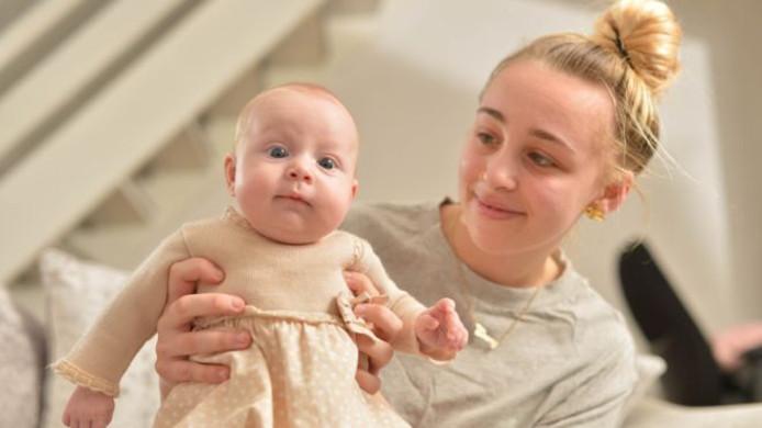 Ebony Stevenson met haar 'verrassingsbaby' Elodie.