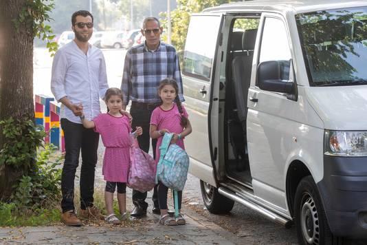 De dochters Amaani en Shams van Said Kamaran moeten elke ochtend met een busje van Veenendaal naar de islamitische basisschool Al Amana in Ede worden gebracht, omdat er in Veenendaal geen islamitische school is.