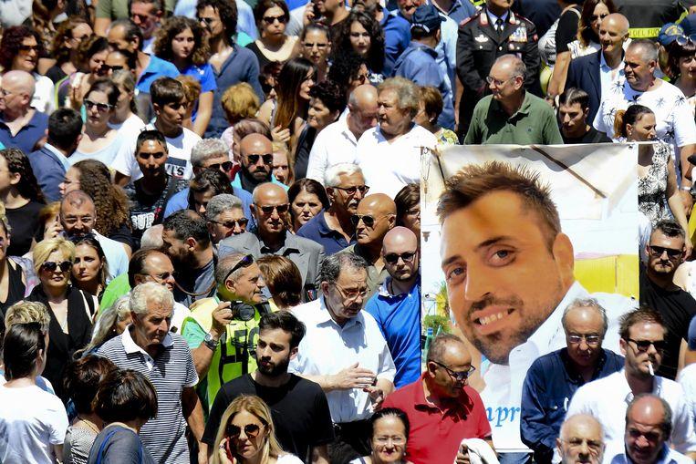 Het portret van de vermoorde politieman Mario Cerciello Rega wordt getoond op zijn begrafenis.