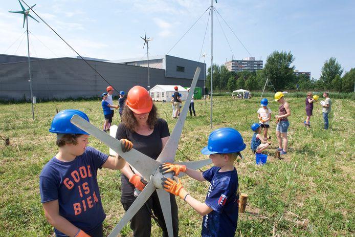Basisschoolleerlingen bouwen windmolens in Velp.