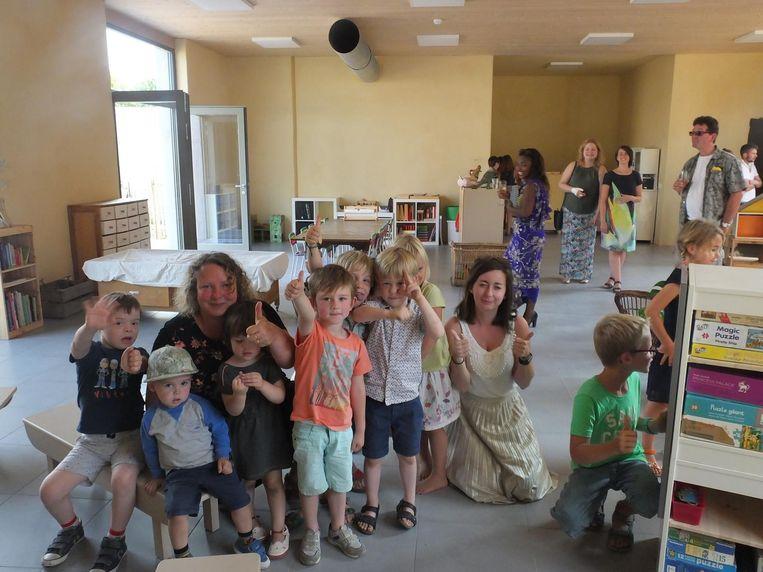 De kleuters van De Sterrebloem met begeleidsters Emmy en Annemie kwamen zaterdag al eens hun nieuwe klaslokaal inspecteren.