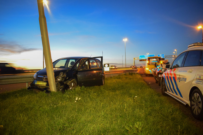 De auto ramde de lantarenpaal die naast het fietspad staat.
