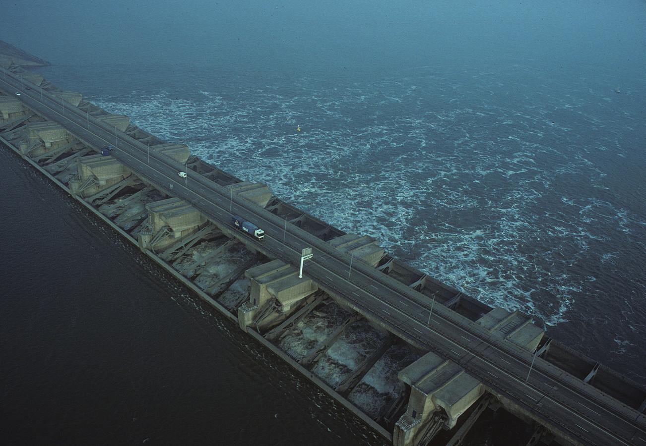 Een historisch plaatje. In het voorjaar van 1994 voerde Rijkswaterstaat een praktijkproef uit met de Haringvlietsluizen, waarbij zout zeewater het Haringvliet mocht instromen.