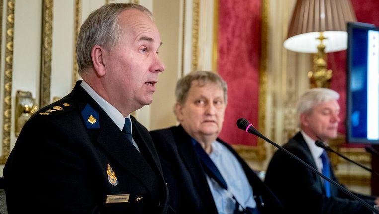 Hoofdcommissaris Pieter-Jan Aalbersberg, burgermeester Eberhard van der Laan en hoofdofficier van justitie Theo Hofstee tijdens de toelichting over de Amsterdamse veiligheidscijfers 2016. Beeld anp