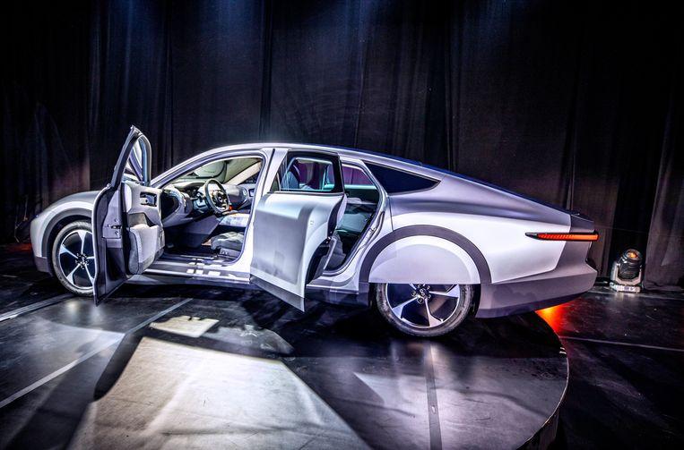 Na een dagje op de kantoorparking is de Lightyear One voldoende opgeladen om weer naar huis te rijden.  Beeld de Volkskrant / Raymond Rutting
