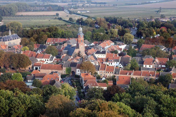 Buren kent twee blikvangers: het Weeshuis links en de Lambertuskerk. Maar bij welke gemeente hoort het stadje straks?