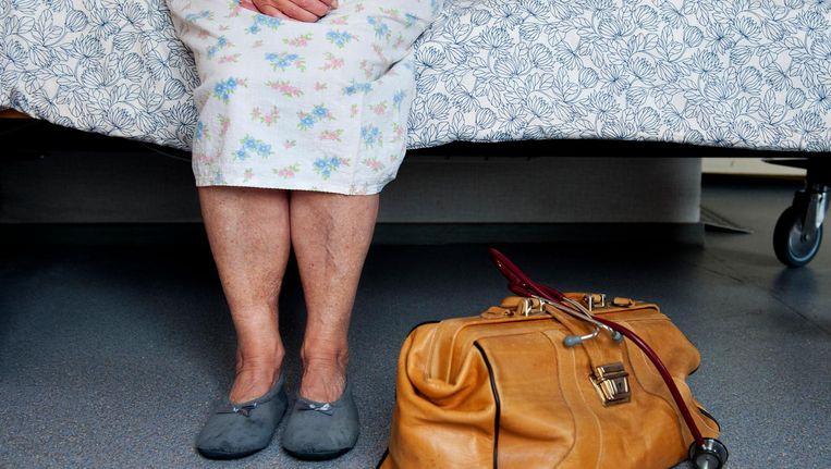 Ouderen die uitzichtloos en ondraaglijk lijden zonder medische klachten, kunnen hulp krijgen om hun leven te beëindigen, onder strenge voorwaarden. Beeld ANP
