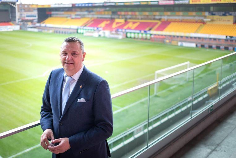 Marc Faes, directeur van KV Mechelen, met achter hem de oude tribune.