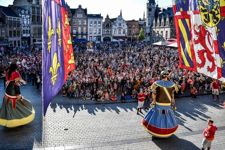 Drie dansende reuzen, exact één jaar voor de Ros Beiaardommegang. Meer is niet nodig om een massa Dendermondenaren op de been te brengen.