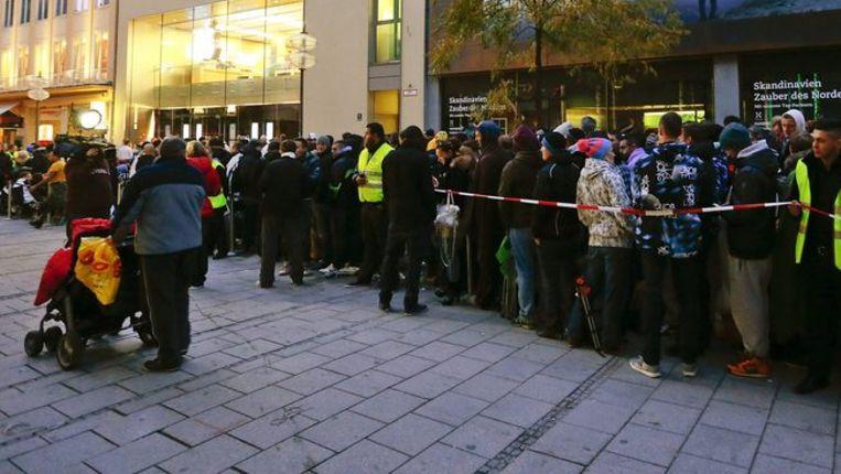 Een rij voor een Applewinkel in München, vandaag. Beeld reuters
