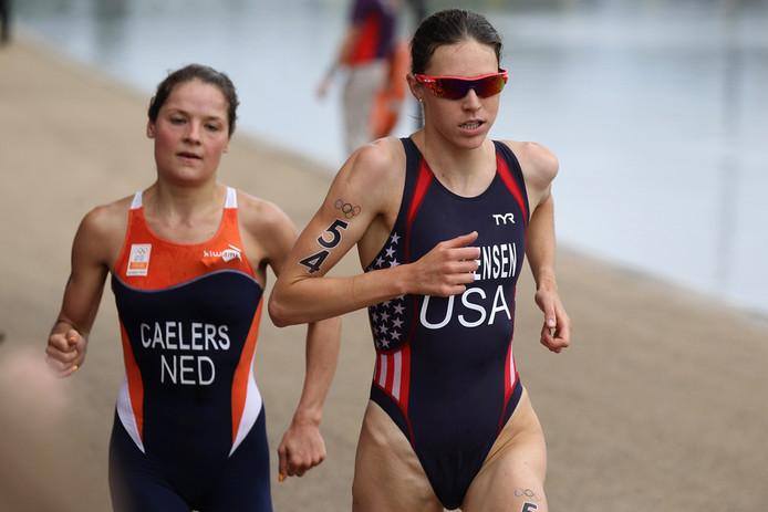 Gwen Jorgensen (rechts) van de VS loopt voor Maaike Caelers.