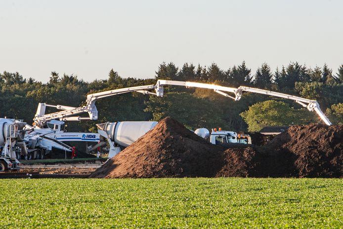 Tijdens de werkzaamheden maakte een grote, zware giek maakte een zwaai en kwam tegen de medewerker aan.
