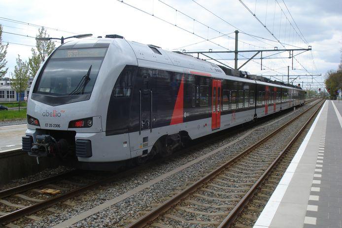 De trein van Abellio die rijdt tussen Arnhem en Dusseldorf.