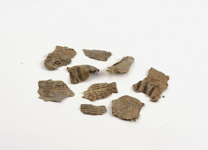 Papiersnippers van krantenknipsels die in rond het wrak werden aangetroffen.