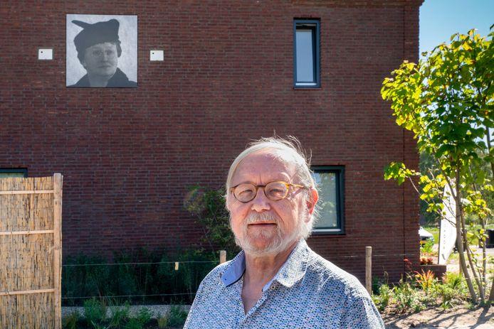 Henk Smeets in Eelkje Timmengastraat. Op de gevel een portret van de oorlogsheldin.
