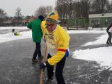Vrijwilligers maken ijsbaan in Schipluiden sneeuwvrij
