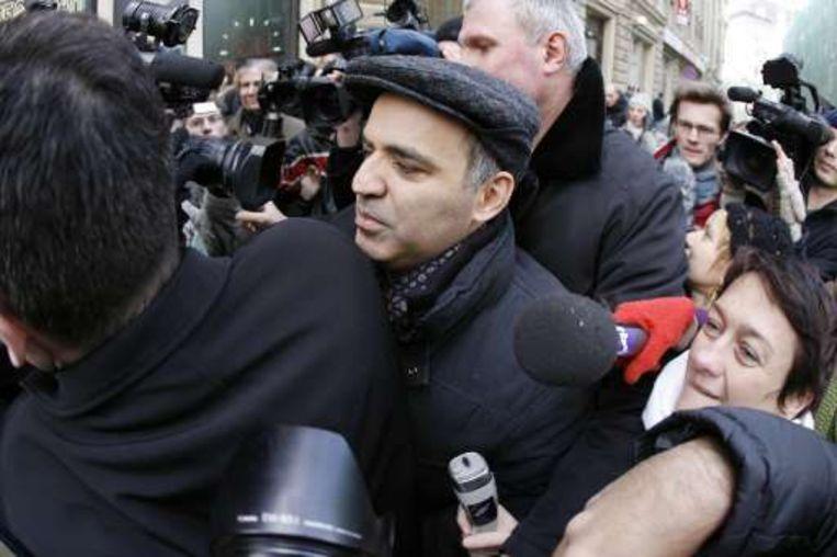 Oud-schaakkampioen Kasparov op weg naar de kiescommissie met een petitie