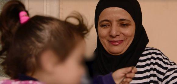 Oma Rachma Ayad reist al een jaar op en af naar Turkije om voor haar kleinkinderen te zorgen. Vorig jaar werd ze geïnterviewd door VRT-journalist Rudi Vranckx.