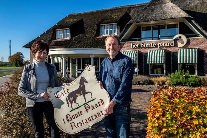 Fenny en Aaldrik Paalman voor het verkochte Het Bonte Paard waar minstens 200 jaar familiegeschiedenis ligt. Het uithangbord krijgt een plekje in hun huis.