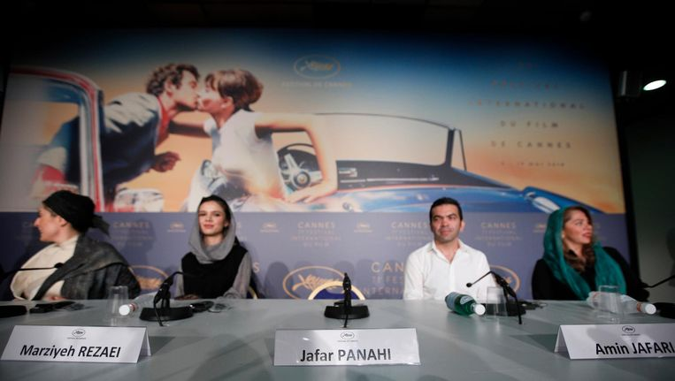 De lege stoel van Jafar Panahi tijdens een persconferentie Beeld anp