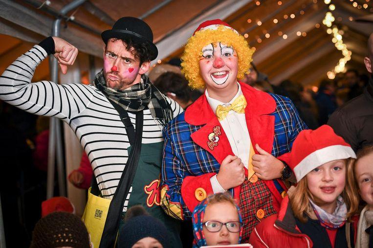 Arjen Vanhuyse als clown Arjoentje (rechts) in actie op de kerstmarkt in Rumbeke, samen met Didi.