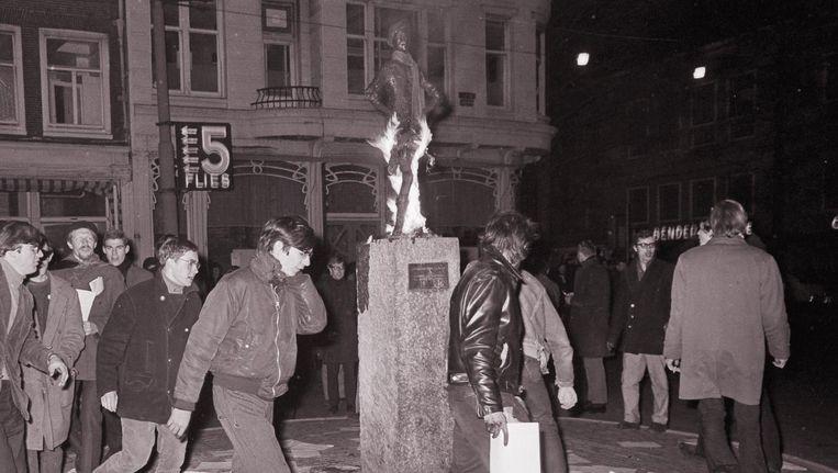 Provo-bijeenkomst bij het Lieverdje op het Spui in 1966 Beeld Archief