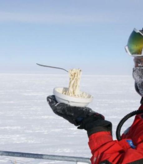 Wetenschapper op Antarctica probeert te koken bij min 70 graden