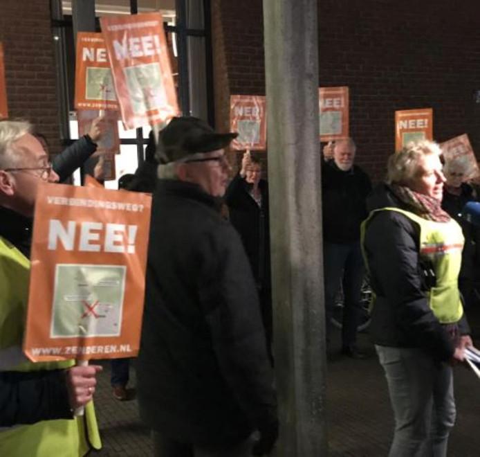 Protest bij het Bornse stadhuis van de actiegroep 'Verbindingsweg NEE'.