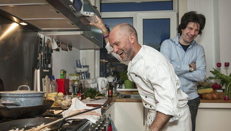 Markus (voor) kookt altijd exotisch, Micha is van de 'complexe processen'. Beeld Marc Driessen