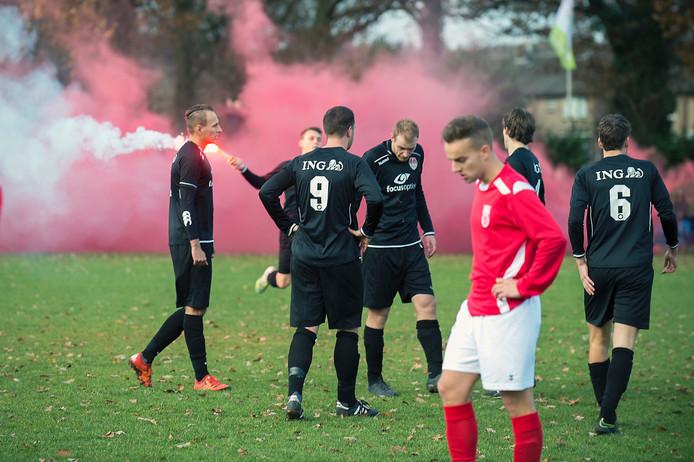 De wedstrijd van SC Rheden (spelend in het zwart) stond in het teken van het eerbetoon aan Niek van Binsbergen.