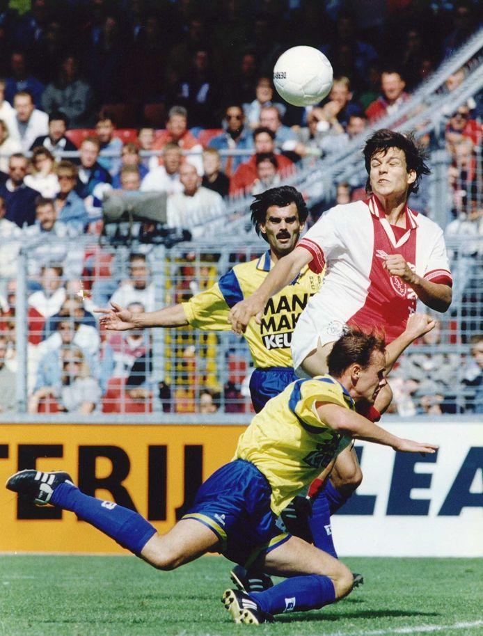Erik ten Hag (op de grond) in duel met Jari Litmanen. Op de achtergrond  Leon Hutten.