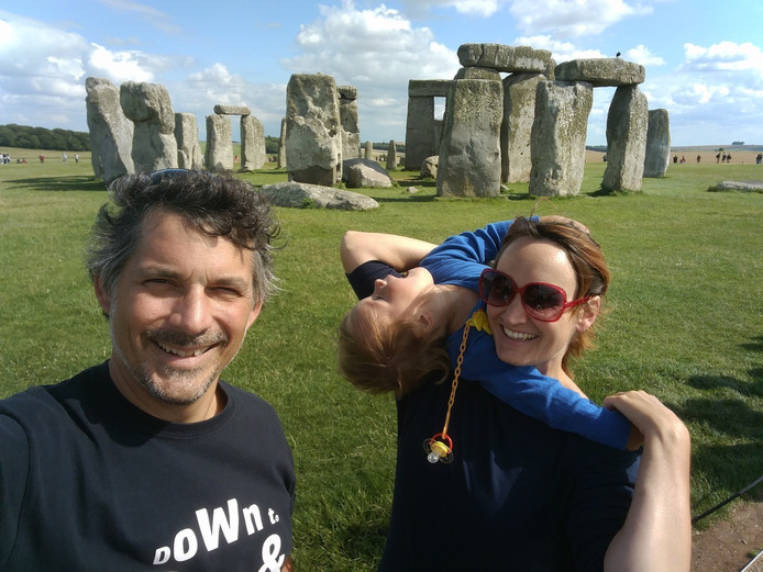 Carmen met man Daniel en zoon Enno bij Stonehenge, tussen twee optredens in Zuid-Engeland.