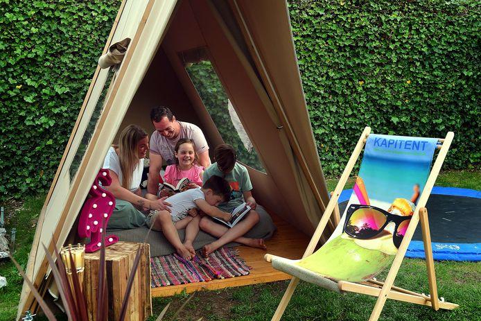 Kapitent verhuurt nu tenten voor in je tuin, om de vakantie in Nederland door te brengen. Maria en Michiel en hun kinderen Milan, Jaedy en Julius.