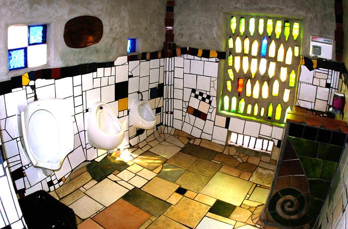 Toilet van Hundertwasser in Kawakawa Nieuw Zeeland.