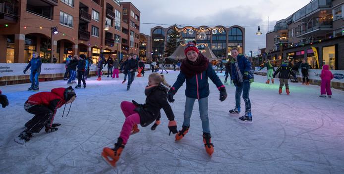 De verlichte schaatsijsbaan in het centrum van Nijverdal trekt elk jaar duizenden bezoekers.
