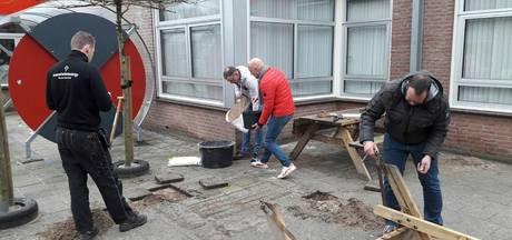 Onverlaten vernielen picknicktafel Widerode in Wierden