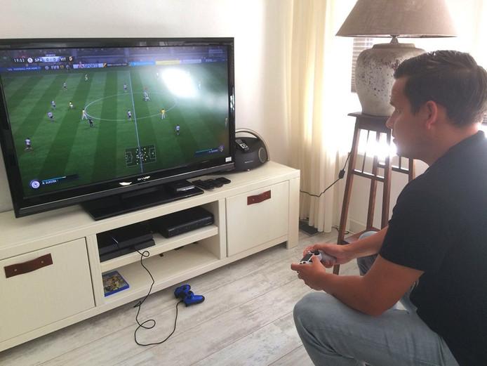 Niels Slager speelt FIFA17 op de PlayStation 4.