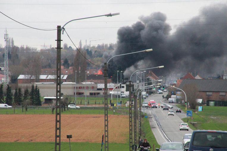 De rookpluim was van kilometers ver te zien. De Dronckaertstraat bleef urenlang afgesloten.