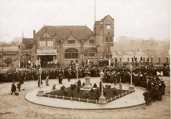 Genodigden, onder wie initiatiefnemer dr. H.J. Reijnders en burgemeester Jhr. J.W.A. Barchman Wuytiers, fotografen en toeschouwers hebben zich op 3 maart 1911 verzameld voor het stationsgebouw, voor de onthulling van het borstbeeld van de Vader des Vaderlands, Johan van Oldenbarnevelt. Het beeld, gemaakt door de Wageningse beeldhouwer August Falise, stond hier tot 1933.