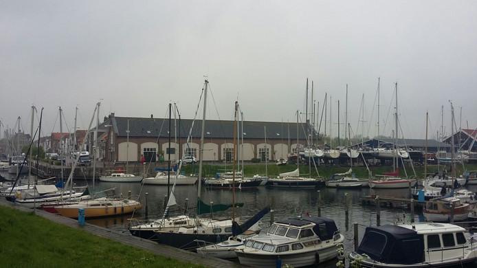 Er zijn mooie verhalen te vertellen over de geschiedenis van Brouwershaven. Onder meer over de garnalenvangsten van weleer. Nog altijd is de haven van Brouw een geliefde plek. Op de achtergrond het Tonnenmagazijn, in het verleden een werkplaats voor tonnen die gebruikt werden om vaarwegen te bebakenen