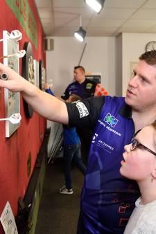 Bunschotense kinderen leren rekenen door pijltjes in een dartbord te gooien